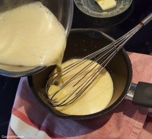 Versement du mélange dans la casserole