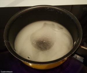eau, sucre et glucose pour le sirop de glaçage miroir