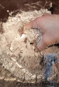 mélange de la pâte à la main