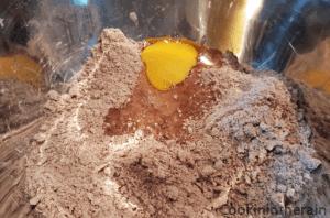 ajout de l'oeuf à la farine tamisée