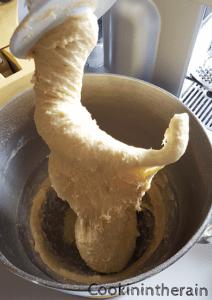 ici la pâte n'est pas suffisamment pétrie, le réseau glutineux n'est pas lisse et soyeux il faut poursuivre encore le pétrissage