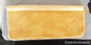 saupoudrage de la cassonade sur la pâte feuilletée