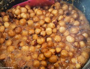 les noisettes commencent à caraméliser pendant la cuisson