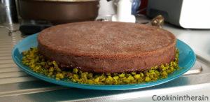 pâte sucrée trempée dans le chocolat fondu puis dans les pistaches broyées