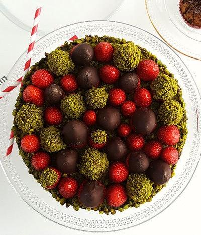 zoom sur la tarte aux fraises, gianduja et pistaches