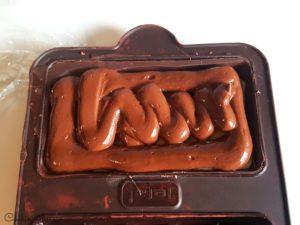 pochage de la ganache poivre timut sur la pâte d'amandes