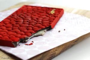 Découpe de la tablette chocolat noir, pâte d'amandes mandarine et ganache timut