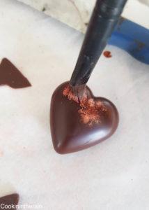 poudre cuivrée déposée au pinceau sur le chocolat