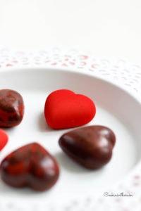 spray velour rouge pour finir les bonbons de ganache au chocolat et framboises