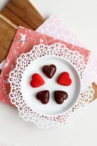 service des bonbons de chocolat à la ganache framboise