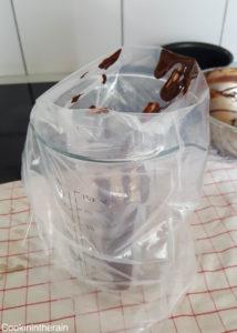 Chocolat dans la poche à douille pour un versement propre
