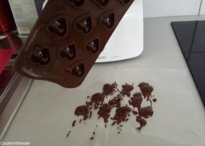 Egoutter le surplus de chocolat au dessus d'un papier sulfurisé