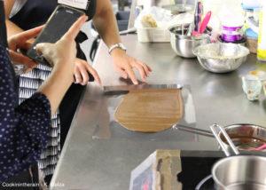fine plaque de chocolat au lait étalée sur une feuille rodhoïd sous l'oeil attentif de Laetitia (Glummyyy)