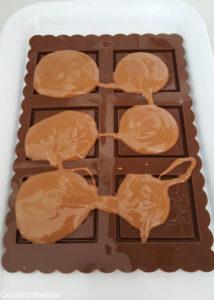 verser le chocolat fondu sur la plaque en silicone