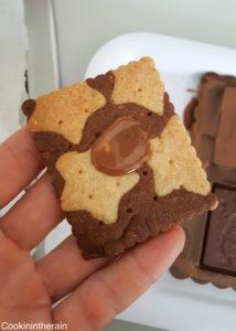 un goutte de chocolat fondu pour faire coller la plaque