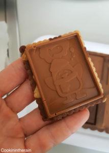 appuyer légèrement sur la plaque pour bien la faire prendre sur le biscuit