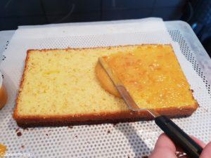 confit étalé sur le biscuit madeleine coupé