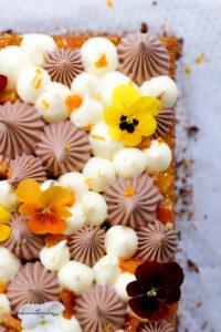 des pensées qui décorent mon gâteau chocolat et orange