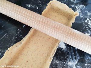 retrait de l'excédent de pâte sucrée