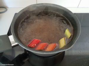 pochage de la rhubarbe dans sirop