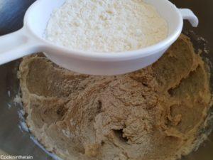 ajout de la farine tamisée