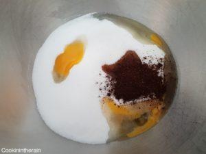 sucre, oeuf, vanille en poudre et extrait liquide pour le molly cake