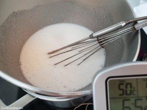 meringue suisse au bain marie à 50°C, les cristaux de sucres sont complètement fondus