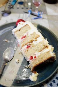 découpe du layer cake aux fraises