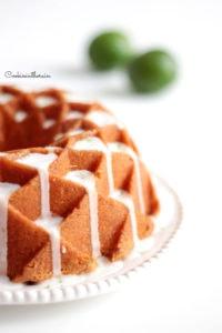 le glaçage à la menthe ruisselle sur le bundt cake