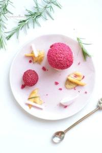 dessert à l'assiette glacé aux pêches et romarin