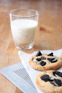 De délicieux cookies avec un verre de lait frais au goûter