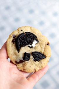 gros morceaux d'oréos sur les cookies