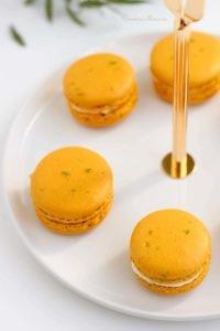 Délicieux macarons à l'ananas, poivre de timut et citron vert