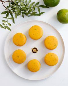vue du dessus des macarons ananas, poivre de timut et citron vert