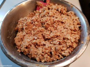 ajout du chocolat blond et beurre puis mélange avec les crêpes dentelles
