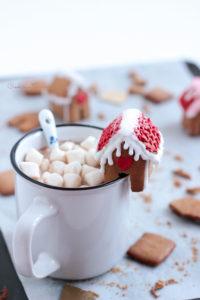 Chocolat chaud à la guimauve vanille et maison en pain d'épices