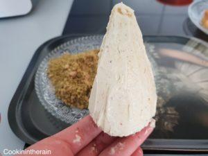 Cône recouvert d'une fine couche de ganache montée pistache