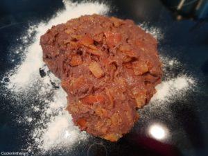 dégazage de la pâte et incorporation des clémentines confites