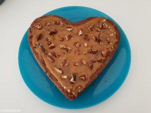 brownie tartiné de caramel beurre salé et pécans caramélisées concassées