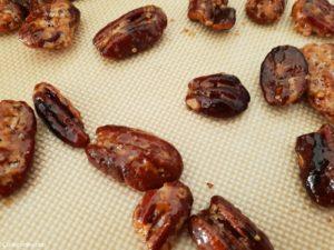 noix caramélisées sur une feuille siliconée