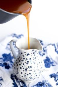 Versement du caramel beurre salé dans son pot de service
