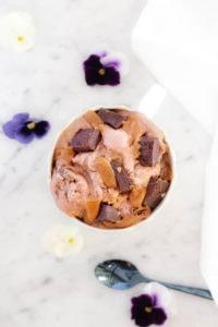 Zoom sur la glace chocolat noir, brownie et caramel